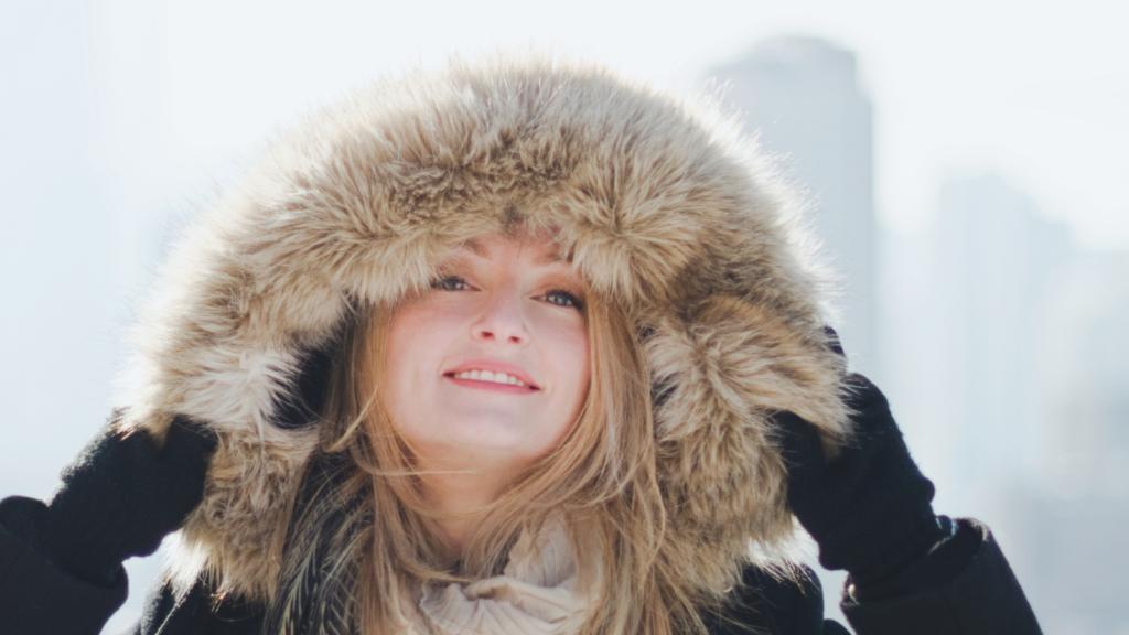 冬の服装の女性の画像